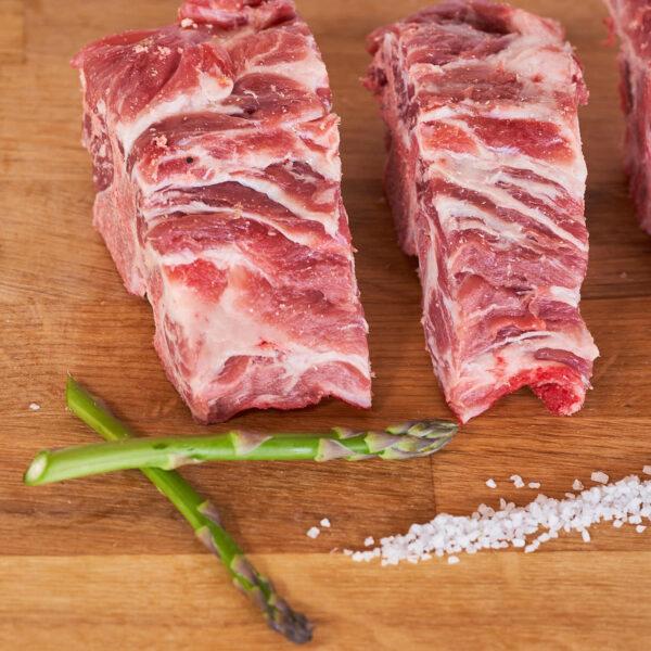 espinazo fresco de cerdo criado ecologicamente